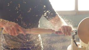 Mens het carpentering in workshop en het gebruiken van kleine handdraaibank stock footage