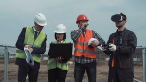 Mens het controleren hommel tijdens bespreking over zonnelandbouwbedrijf stock footage