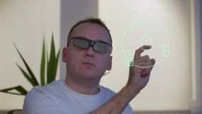 Mens het controleren zonneblinden met Vergroot werkelijkheids slim huis stock footage