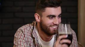 Mens het drinken bier en het genieten van van drank bij het close-up slow-motion video van de barbar HD De mannelijke gast proeft stock video