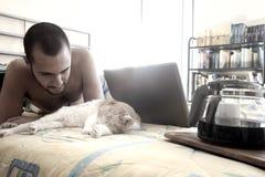 Mens het drinken koffie op bed Stock Afbeeldingen