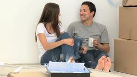 Mens het drinken koffie terwijl een vernieuwing stock videobeelden