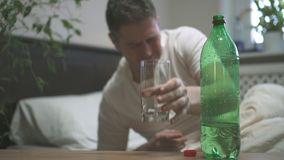 Mens het drinken mineraalwater stock video