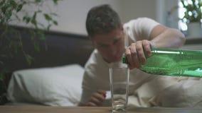 Mens het drinken mineraalwater stock footage