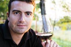 Mens het drinken wijn Stock Fotografie