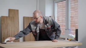 Mens in het eenvormige raken met handen vers houten paneel stock footage
