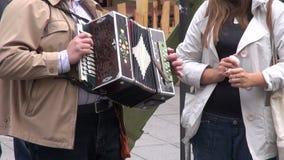 Mens in het eerlijke spelen met uitstekende harmonika stock footage