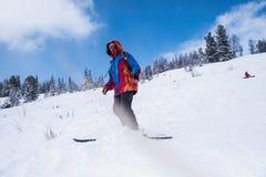 Mens het freerider ski?en in de bergen op de sneeuwhelling Sport stock fotografie