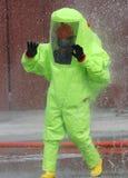 mens in het gele beschermende kostuum stock afbeeldingen