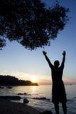 Mens het groeten zon bij Adriatische overzees stock foto
