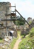 Mens het herstellen van ruïnes van oud klooster in Slowaaks Paradijs stock foto's
