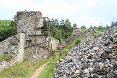 Mens het herstellen van ruïnes van oud klooster in Slowaaks Paradijs Royalty-vrije Stock Afbeeldingen