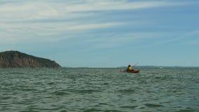Mens het kayaking op overzees stock video