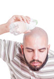 Mens het koelen door wateroverheadkosten in de zomerhitte te gieten Stock Afbeelding
