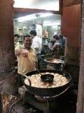 Mens het koken op de straat in Kolkata Royalty-vrije Stock Afbeeldingen