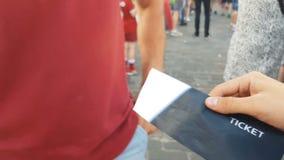 Mens het kopen kaartje voor toelating aan gebeurtenis, onwettige wederverkoop in openlucht, vervalsing stock videobeelden