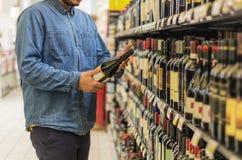 Mens het kopen wijn stock afbeelding