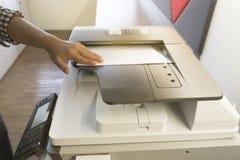 Mens het kopiëren document van Fotokopieerapparaatzonlicht van venster royalty-vrije stock foto's