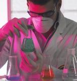 Mens in het laboratorium stock foto's