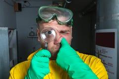 Mens in het laboratorium met meer magnifier Royalty-vrije Stock Fotografie