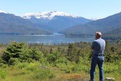 Mens in het Landschap van Alaska stock afbeelding