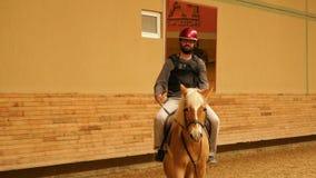 Mens het leren paardrijden stock video