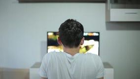 Mens het letten op video en het houden van zijn hand stock footage