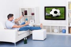 Mens het letten op voetbal Stock Foto's