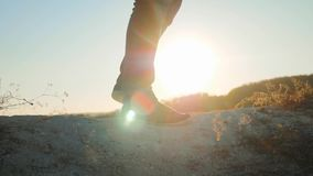 Mens het lopen de schoenen die van de benentennisschoenen van toeristenvoeten de zonsondergang van avonturenklimmers wandelen bek stock footage
