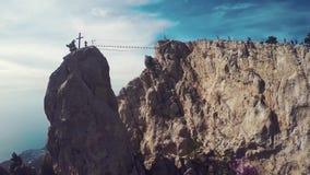 Mens het lopen hangbrug in de Krim Te kruisen Ay Petri stock footage