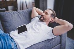 Mens het luisteren muziek in oortelefoons royalty-vrije stock afbeelding