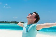 Mens het ontspannen bij strand die de zomer van vrijheid genieten royalty-vrije stock afbeeldingen