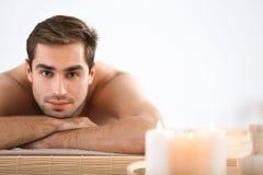 Mens het ontspannen in salon Stock Foto's