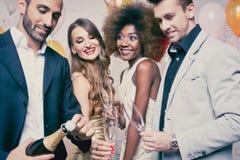 Mens het openen champagnefles op viering in club royalty-vrije stock afbeeldingen