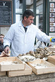Mens het openen oesters in een restaurant Royalty-vrije Stock Afbeelding