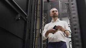 Mens het openen serverrek van het ontvangen van systeem in groot datacentrum stock videobeelden