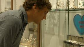 Mens het plukken juweel in juwelen stock video