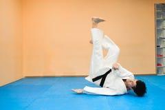 Mens het praktizeren aikido in een sportclub royalty-vrije stock afbeelding