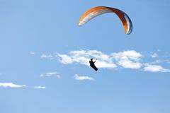 Mens het praktizeren deltaplanings extreme sport Stock Afbeelding