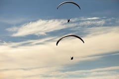 Mens het praktizeren deltaplanings extreme sport Stock Foto