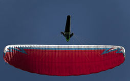 Mens het praktizeren deltaplanings extreme sport Royalty-vrije Stock Afbeeldingen