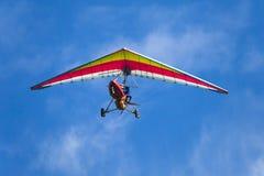 Mens het praktizeren deltaplanings extreme sport Stock Foto's