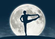 Mens het praktizeren yoga bij volle maan stock afbeeldingen