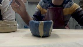Mens het schilderen aardewerk stock videobeelden
