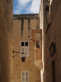 Mens het schilderen balkondak in Malta Royalty-vrije Stock Afbeeldingen