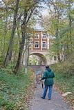Mens het schilderen de bouw met boog in het de herfst museum-landgoed ` Arkhangelsk ` in Moskou royalty-vrije stock foto's