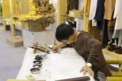 Mens het schilderen garnalen Royalty-vrije Stock Afbeeldingen