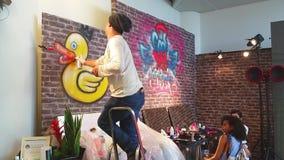 Mens het Schilderen Graffiti op een Muur stock video
