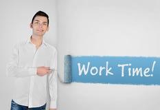 Mens het schilderen het woord van de het Werktijd op muur Royalty-vrije Stock Foto