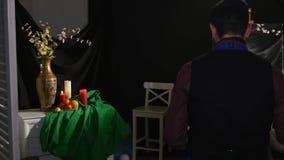 Mens het schilderen stillevenbeeld op canvas in kunststudio stock video
